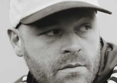INTERVIEW – Q&A met hiphop legend Sticks over het vaderschap, de dood en polestar